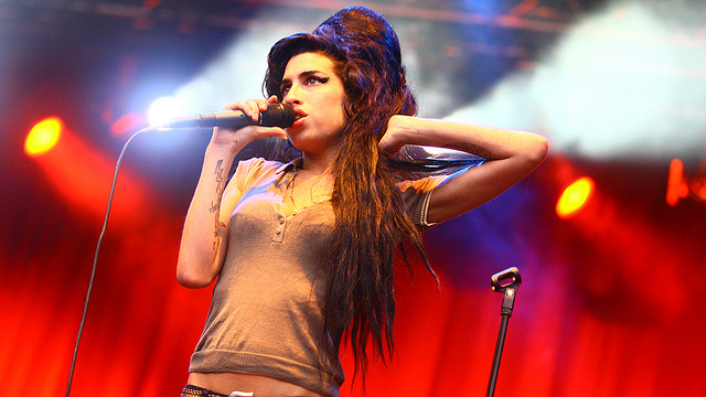 Drunk and Erratic on Stage, Amy Winehouse Kicks off ... Amy Winehouse